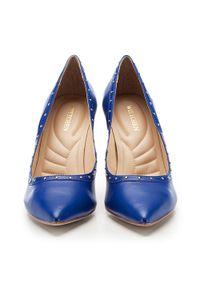 Niebieskie szpilki Wittchen w kolorowe wzory, bez zapięcia, na wysokim obcasie, rockowe