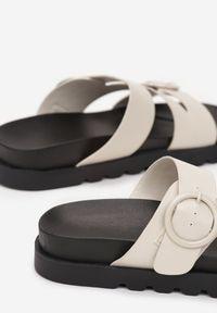 Born2be - Beżowe Klapki Savarite. Nosek buta: okrągły. Kolor: beżowy. Materiał: guma. Wzór: aplikacja. Obcas: na platformie