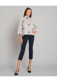 LE TRICOT PERUGIA - Kaszmirowy stylowy sweter z pomponami z naturalnego futra. Typ kołnierza: golf. Kolor: szary. Materiał: futro, kaszmir. Długość: długie. Wzór: aplikacja. Styl: elegancki