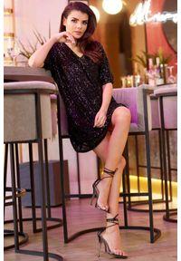 e-margeritka - Sukienka z cekinami trapezowa czarna. Okazja: na sylwestra, na imprezę, na karnawał. Kolor: czarny. Materiał: poliester, dzianina, elastan. Typ sukienki: trapezowe. Styl: elegancki