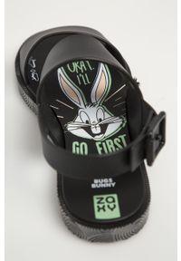 Czarne sandały zaxy na klamry, bez obcasa, z motywem zwierzęcym