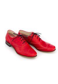 Zapato - czerwone półbuty jazzówki - skóra naturalna - model 246 - kolor czerwony retro. Okazja: do pracy, na co dzień, na spotkanie biznesowe. Kolor: czerwony. Materiał: skóra. Szerokość cholewki: normalna. Wzór: motyw zwierzęcy, kwiaty, kolorowy. Obcas: na obcasie. Styl: retro. Wysokość obcasa: niski