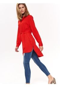TOP SECRET - Luźna koszula z wydłużonym tyłem. Okazja: na co dzień. Kolor: czerwony. Materiał: tkanina. Długość rękawa: krótki rękaw. Długość: długie. Sezon: wiosna, lato. Styl: casual