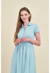 Marie Zélie - Sukienka Polo marszczona błękit laguny krótki rękaw. Okazja: do pracy, na co dzień. Typ kołnierza: polo. Materiał: bawełna, dzianina, materiał. Długość rękawa: krótki rękaw. Typ sukienki: proste, sportowe. Styl: wakacyjny, sportowy, klasyczny, casual