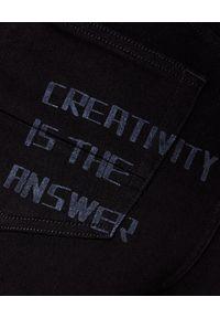 GOLDEN GOOSE - Czarne spodnie jeansowe. Stan: podwyższony. Kolor: czarny. Materiał: jeans. Długość: długie. Wzór: aplikacja, nadruk. Styl: sportowy