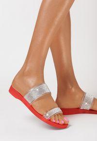 Born2be - Czerwone Klapki Rhellyss. Nosek buta: okrągły. Kolor: czerwony. Materiał: guma. Wzór: aplikacja, paski, kolorowy. Sezon: lato