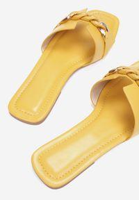 Renee - Żółte Klapki Gathenis. Kolor: żółty. Wzór: aplikacja. Sezon: lato. Obcas: na płaskiej podeszwie. Styl: klasyczny