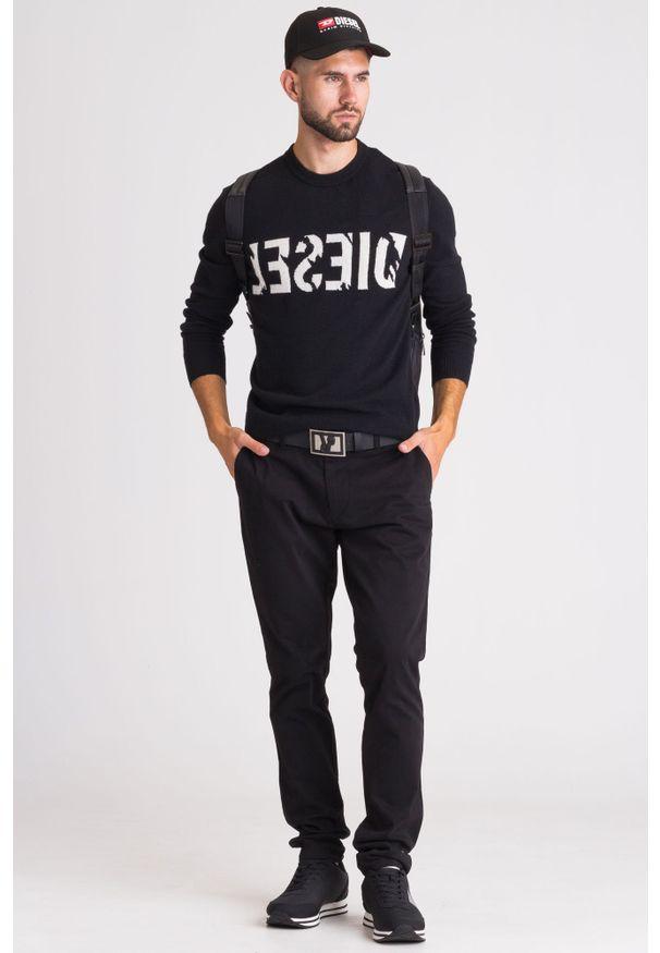 Czarny sweter Diesel z okrągłym kołnierzem, w kolorowe wzory, klasyczny