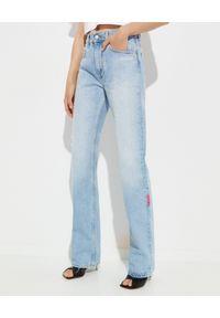 OFF-WHITE - Jeansy z szeroką nogawką. Stan: podwyższony. Kolor: niebieski. Wzór: aplikacja. Sezon: wiosna. Styl: klasyczny, sportowy