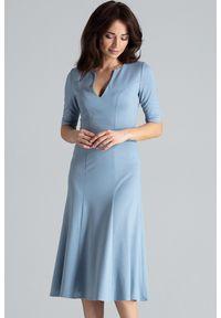 Lenitif - Elegancka sukienka midi rozkloszowana w kliny dekolt V niebieska. Okazja: do pracy, na co dzień. Kolor: niebieski. Typ sukienki: rozkloszowane. Styl: elegancki. Długość: midi