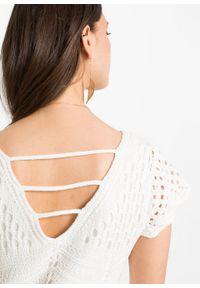 Biała sukienka bonprix w ażurowe wzory