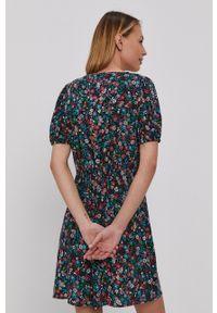 Jacqueline de Yong - Sukienka. Kolor: czarny. Materiał: tkanina, wiskoza, materiał. Długość rękawa: krótki rękaw. Typ sukienki: rozkloszowane