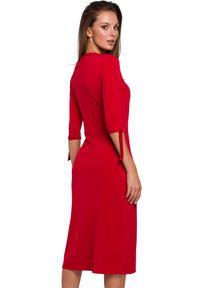 Makover - Elegancka sukienka prosty fason z rozcięciem. Okazja: na co dzień. Materiał: dzianina. Wzór: gładki. Typ sukienki: proste. Styl: elegancki, casual. Długość: midi