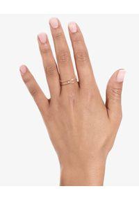 VANRYCKE - Pierścionek Charlie z diamentem. Materiał: złote. Kolor: złoty. Kamień szlachetny: diament