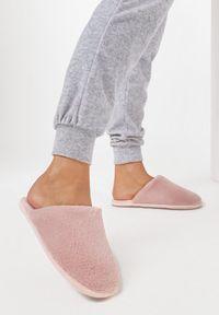Born2be - Ciemnoróżowe Kapcie Grynania. Nosek buta: okrągły. Kolor: różowy. Materiał: welur, futro, materiał. Szerokość cholewki: normalna. Obcas: na płaskiej podeszwie