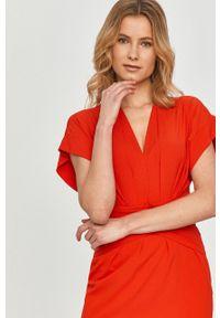 Czerwona sukienka Silvian Heach mini, dopasowana, z krótkim rękawem, klasyczna