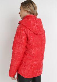 Born2be - Czerwona Kurtka Phelephise. Typ kołnierza: golf. Kolor: czerwony. Materiał: tkanina. Długość rękawa: długi rękaw. Długość: długie. Styl: klasyczny