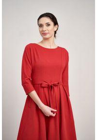 Marie Zélie - Sukienka Andrea krepa wiskozowa malinowa czerwień. Kolor: czerwony, różowy, wielokolorowy. Materiał: wiskoza. Typ sukienki: rozkloszowane. Styl: klasyczny