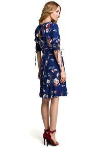 MOE - Lekko dopasowana sukienka w kwiaty z falbaną. Typ kołnierza: kołnierz z falbankami. Materiał: tkanina, materiał, elastan. Wzór: kwiaty. Typ sukienki: dopasowane. Styl: elegancki