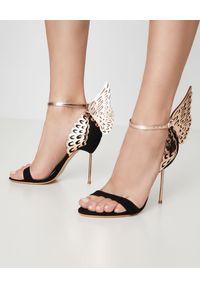 SOPHIA WEBSTER - Czarne sandały na szpilce Evangeline. Zapięcie: pasek. Kolor: czarny. Materiał: zamsz. Wzór: aplikacja. Obcas: na szpilce. Wysokość obcasa: średni