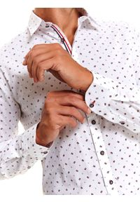 TOP SECRET - Koszula z nadrukiem świątecznym. Kolor: biały. Materiał: materiał. Długość rękawa: długi rękaw. Długość: długie. Wzór: nadruk. Sezon: zima. Styl: wizytowy