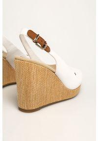Białe sandały TOMMY HILFIGER na średnim obcasie, na klamry, na koturnie