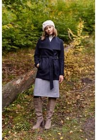 Marie Zélie - Płaszcz wełniany Adela granatowy. Kolor: niebieski. Materiał: wełna. Długość rękawa: długi rękaw. Długość: krótkie. Wzór: motyw zwierzęcy. Sezon: zima