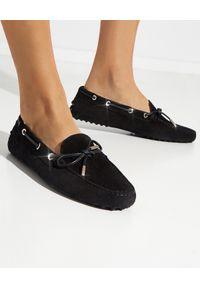 TOD'S - Czarne mokasyny Gommino Driving. Nosek buta: okrągły. Kolor: czarny. Materiał: zamsz. Wzór: napisy. Styl: klasyczny