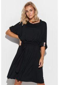 Makadamia - Oversizowa Sukienka z Wiązanym Paskiem - Czarna. Kolor: czarny. Materiał: wiskoza, elastan