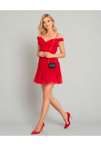 SELF PORTRAIT - Czerwona sukienka z plisowaniem. Okazja: na ślub cywilny, na sylwestra, na imprezę, na wesele. Kolor: czerwony. Wzór: aplikacja. Typ sukienki: dopasowane, rozkloszowane, z odkrytymi ramionami. Długość: mini