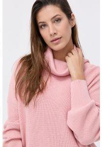 Guess - Sweter. Typ kołnierza: golf. Kolor: różowy. Materiał: kaszmir, dzianina, wełna. Długość rękawa: długi rękaw. Długość: długie