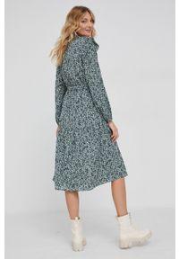 Answear Lab - Sukienka. Typ kołnierza: kołnierzyk stójkowy. Kolor: turkusowy. Materiał: tkanina. Długość rękawa: długi rękaw. Typ sukienki: rozkloszowane. Styl: wakacyjny