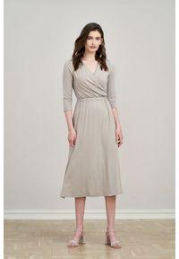 Marie Zélie - Sukienka Rita kamienny beż. Typ kołnierza: dekolt kopertowy. Kolor: beżowy. Materiał: wiskoza, dzianina, materiał, elastan, tkanina. Długość rękawa: krótki rękaw. Typ sukienki: proste, kopertowe