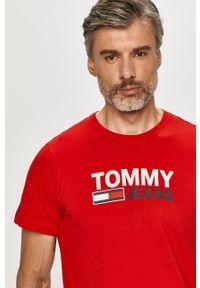 Tommy Jeans - T-shirt. Okazja: na co dzień. Kolor: czerwony. Materiał: dzianina. Wzór: nadruk. Styl: casual