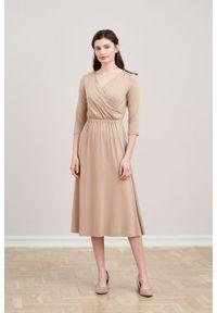 Marie Zélie - Sukienka Rita beżowa mikromodal. Typ kołnierza: dekolt kopertowy. Kolor: beżowy. Materiał: wiskoza, dzianina, elastan, włókno, skóra. Długość rękawa: krótki rękaw. Typ sukienki: proste, kopertowe
