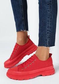 Born2be - Czerwone Trampki Nemennophe. Wysokość cholewki: przed kostkę. Nosek buta: okrągły. Zapięcie: sznurówki. Kolor: czerwony. Materiał: materiał, guma. Szerokość cholewki: normalna. Wzór: gładki, aplikacja. Styl: klasyczny