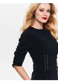 Czarna sukienka TOP SECRET w kolorowe wzory, z krótkim rękawem, na jesień, elegancka