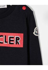 MONCLER KIDS - Granatowa koszulka z długim rękawem 0-3 lat. Okazja: na co dzień. Kolor: niebieski. Materiał: bawełna. Długość rękawa: długi rękaw. Długość: długie. Wzór: aplikacja, nadruk. Sezon: lato. Styl: casual