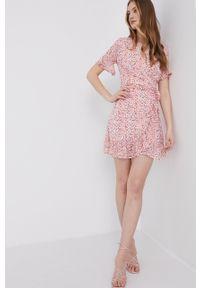 Answear Lab - Sukienka. Okazja: na co dzień. Kolor: różowy. Materiał: tkanina. Długość rękawa: krótki rękaw. Typ sukienki: proste. Styl: wakacyjny