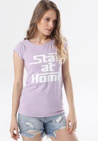 Born2be - Jasnofioletowy T-shirt Noelori. Kolor: fioletowy. Materiał: dzianina. Długość rękawa: krótki rękaw. Długość: krótkie. Wzór: napisy, nadruk. Styl: klasyczny