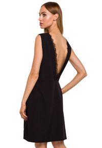 MOE - Sukienka o prostym fasonie z obłędnym dekoltem na plecach. Materiał: koronka, materiał, elastan. Wzór: aplikacja. Typ sukienki: proste