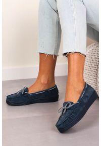 Filippo - granatowe mokasyny filippo skórzane zamszowe dp1200/20nv. Nosek buta: okrągły. Zapięcie: bez zapięcia. Kolor: niebieski. Materiał: zamsz, skóra. Szerokość cholewki: normalna. Sezon: wiosna
