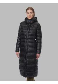 Czarna długa kurtka zimowa Blauer. Typ kołnierza: kołnierzyk stójkowy. Kolor: czarny. Materiał: puch, nylon. Długość: długie. Wzór: jednolity, aplikacja. Sezon: zima
