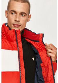Czerwona kurtka Tommy Jeans z kapturem, casualowa, na co dzień