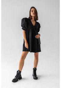 Sukienka ze spranego czarnego jeansu z pagonami i bufkami - CANSAS BLACK by Marsala. Kolor: czarny. Materiał: jeans. Typ sukienki: sportowe. Styl: sportowy, elegancki
