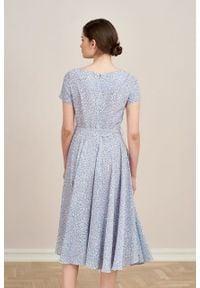 Marie Zélie - Sukienka Alana Vacanza błękitna. Typ kołnierza: kokarda. Kolor: niebieski. Materiał: materiał, wiskoza, skóra. Sezon: lato. Styl: wizytowy, elegancki