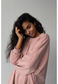 Marsala - Bluza typu oversize o przedłużonym kroju kolor DUSTY PINK HUSH BY MARSALA. Materiał: dresówka, elastan, dzianina, bawełna, jeans. Styl: sportowy