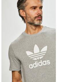 Szary t-shirt adidas Originals na co dzień, z nadrukiem, casualowy