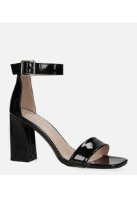 Casu - Czarne sandały lakierowane na słupku z paskiem wokół kostki casu d20x20/bp. Zapięcie: pasek. Kolor: czarny. Materiał: lakier. Obcas: na słupku