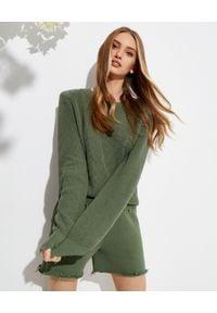 SER.O.YA - Sweter Amelia w kolorze khaki. Kolor: zielony. Materiał: bawełna, zamsz. Długość rękawa: długi rękaw. Długość: długie. Wzór: aplikacja